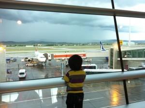 Menghabiskan masa melihat airplane take off ddan touch down sementara menunggu untuk boarding